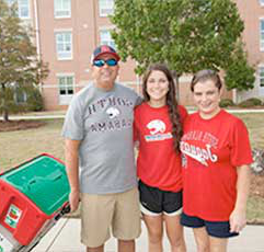 Jaguar Student and 父母 on move-in day